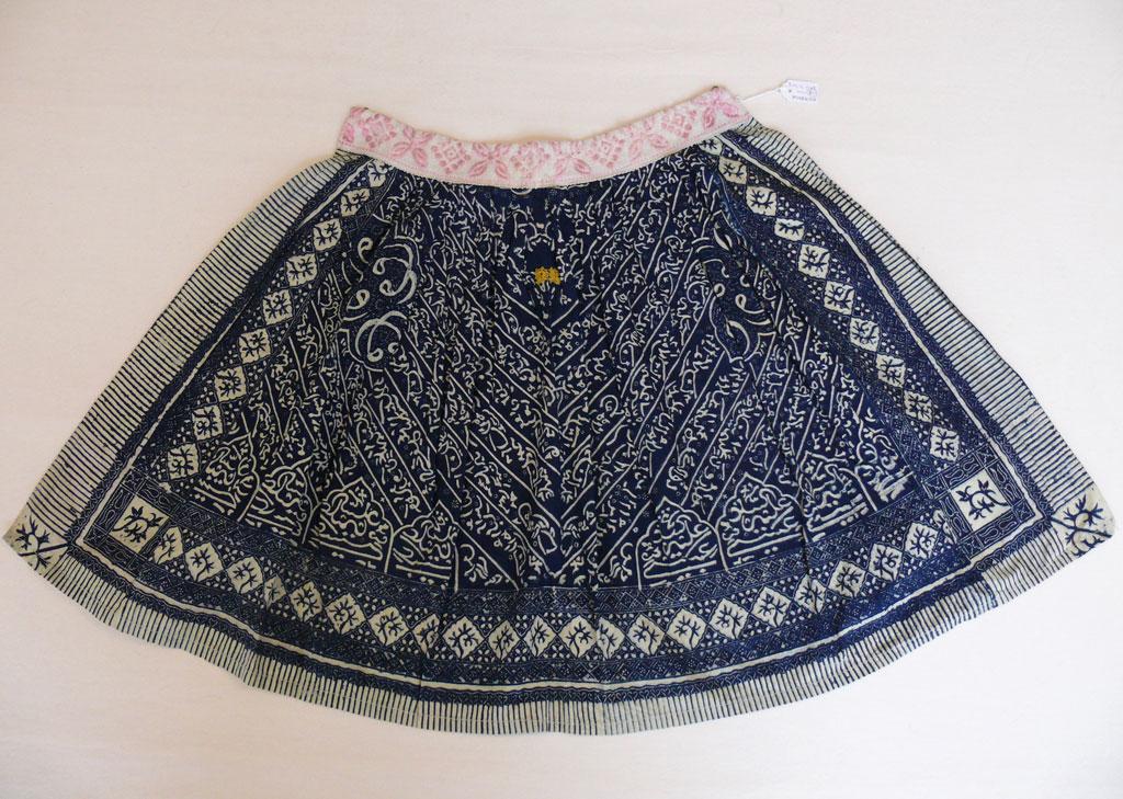 Afb 1 Zomerboezel voor jongen, schort uit Marken, datering 1920-1940, collectie Textile Research Center, objectnummer: TRC 2009.0048. Foto: Sabine Bolk.