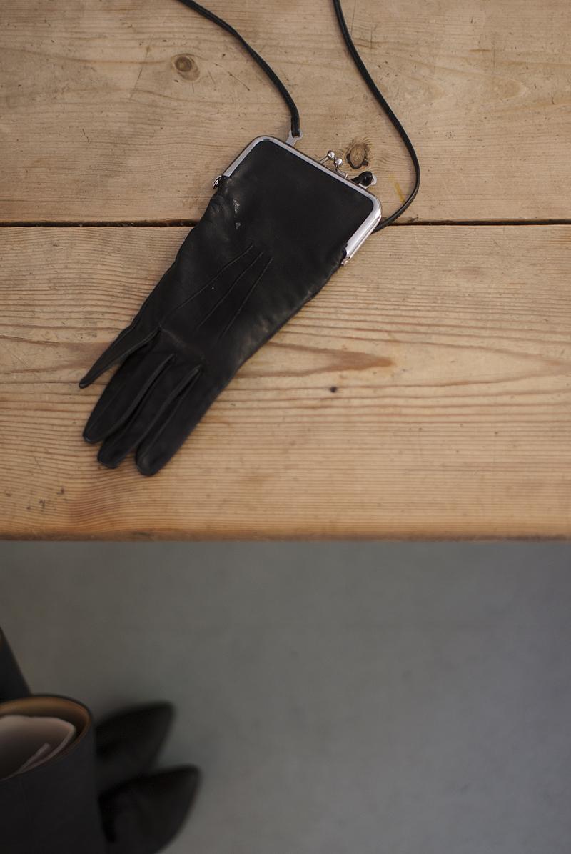 Handschoentasje uit de H&M x Maison Martin Margiela collectie in 2012, foto: ©Kenny Nagelkerke