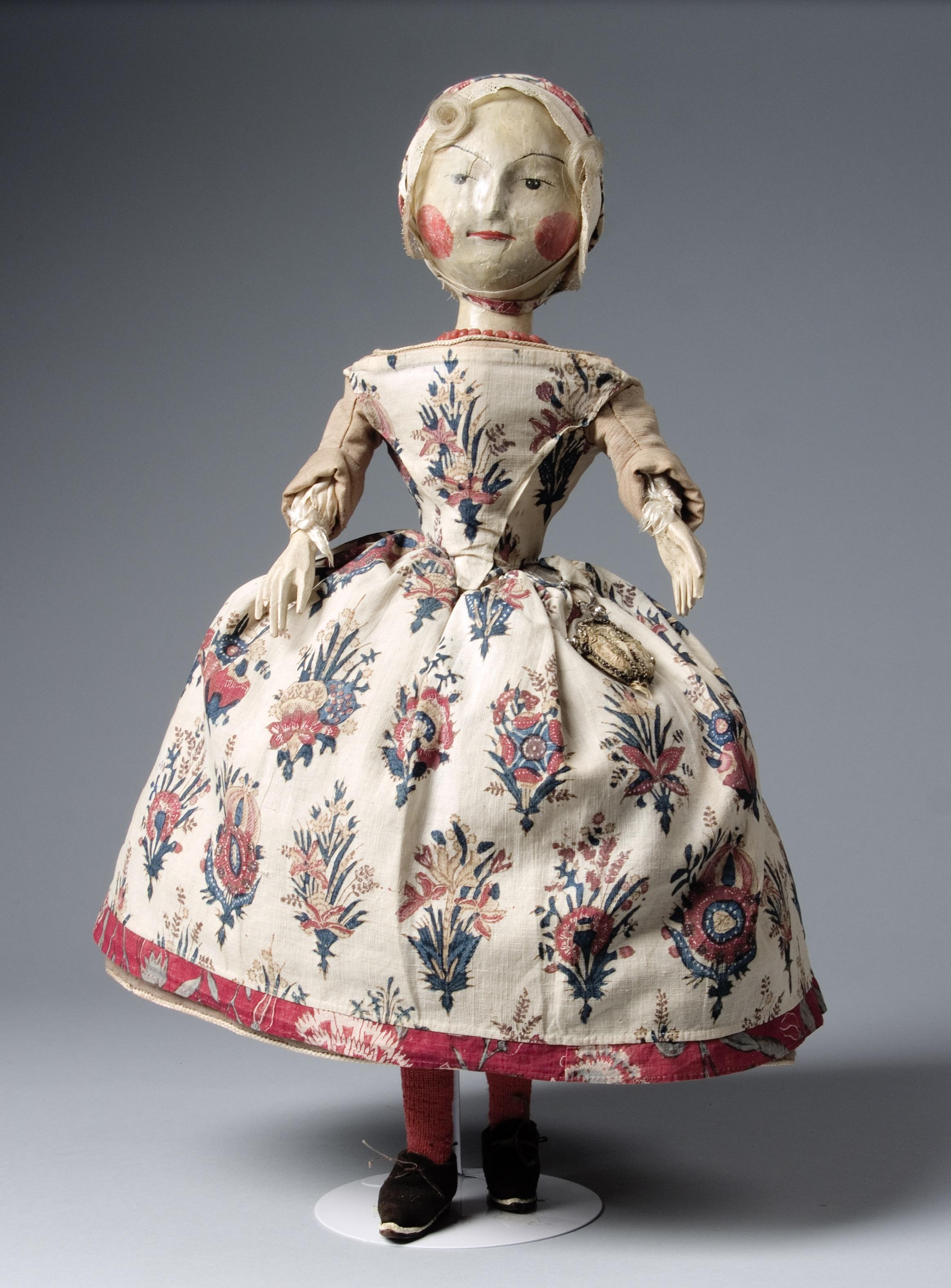 Afb. 1: Houten pop met sitsen schort en mutsje, met zilveren tasbeugel, Bauke Wijngaarden, 1742. Fries Museum Leeuwarden | collectie Koninklijk Fries Genootschap