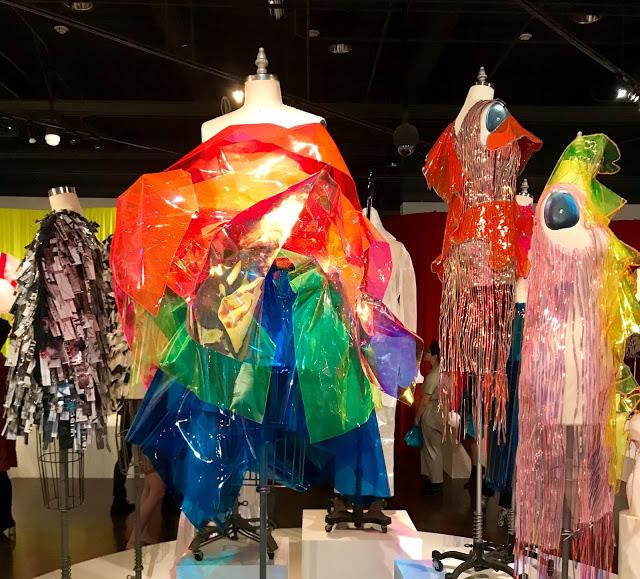 Afbeelding 1 - Valerie Chiu (FIDM BA Design student), jurken van Vinyl collectie Vinyl Creations, 2019, collectie FIDM Los Angeles. Fotograaf: Nick Verreos. Modemuze, Americana, Los Angeles, stijl, mode, FIDM, Fashion Institute of Design and Merchandising