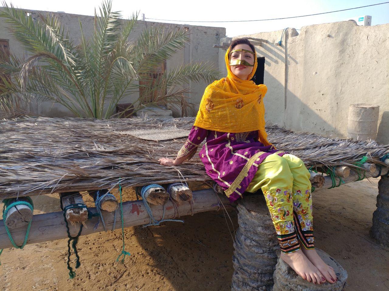 vrouw poseert met masker niqaab Qesm eiland