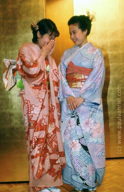 Afb.1 Twee Japanse meisjes in zijde furisode, de meest formele kimono voor een jonge vrouw. Deze wordt meestal gedragen voor verlovingsportretten, meerderjarigheid ceremonie en bij afstuderen. Foto: Paul van Riel, Royal Osaka Hotel, Osaka 1998