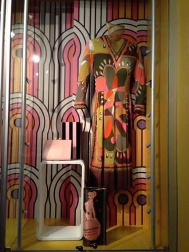 Twee tassen en jurk en behang in jaren zeventig print