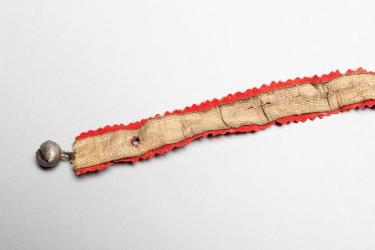 Kousenband met belletjes. Foto: Alice de Groot.