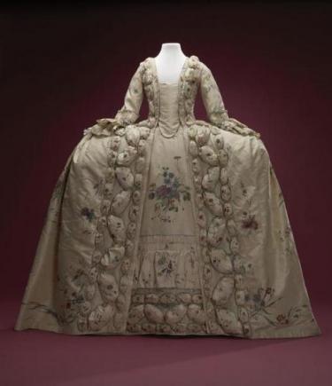 Met de hand beschilderde, zijden overjapon en rok.
