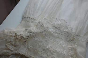 Detail behandeling doopjurkje door textielrestaurator Sjoukje Telleman