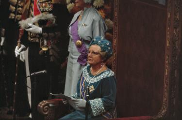 Afb. 1: Koningin Juliana leest de troonrede voor, Prinsjesdag 1968. Foto: Ron Kroon, Nationaal Archief. | Paleis Het Loo, Prinsjesdag, Hoedendag, Ascot, 1968, Koningin Juliana, troonrede, Beatrix, japon