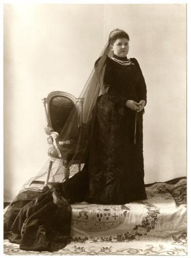 Afbeelding 1: Koningin Emma in rouw na de dood van koning Willem III in 1890.