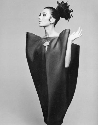 Alberta Tiburzi in 'envelope' dress by Cristóbal Balenciaga. Harper's Bazaar, June 1967. Foto: ©Hiro 1967