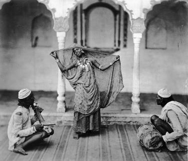 Danseres met twee muzikanten, ca. 1890, India, collectie Stichting Nationaal Museum van Wereldculturen.