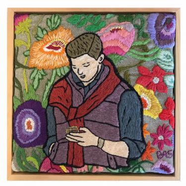 Kleurig borduurwerk waarop man met trui om de schouders te zien is