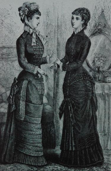 Twee dames in modieuze japonnen, maart 1880. Foto: Aicha Hockx.
