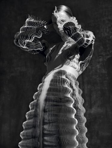 zwart-wit foto van vrouw in een 3-d geprinte kante jurk