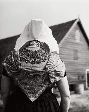 Cas Oorthuys, Zuid-Bevelandse vrouw in Rooms-Katholieke klederdracht, Zeeland, ca. 1958. © Nederlands Fotomuseum.