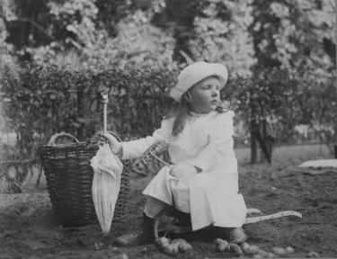 Prinses Juliana in de moestuin, koninklijke verzamelingen, Den Haag.