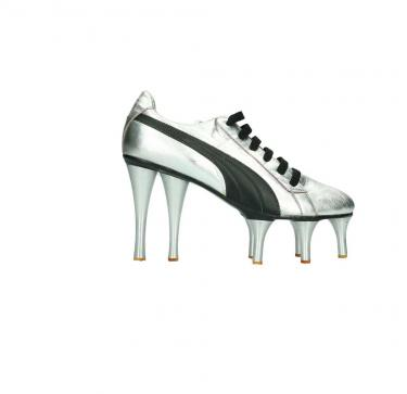 zwart witte sneaker met metalen noppen