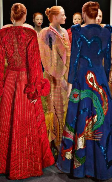 Drie creaties in het rood, roze en blauw.