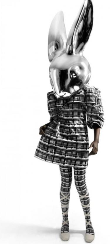Jurk en legging met print en een verchroomd, groot konijnenhoofd.