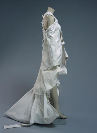 Rozema/Teunissen, damesensemble uit de collectie Transient bestaande uit jasje en rok, 2000, collectie Centraal Museum Utrecht.