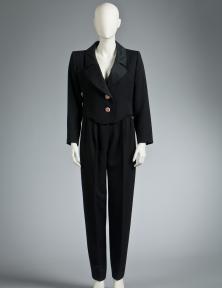 Yves Saint Laurent, zwarte vrouwensmoking, hersft-winter 1993/94, gebaseerd op zijn collectie 'Le Smoking' uit 1967, Modemuseum Hasselt