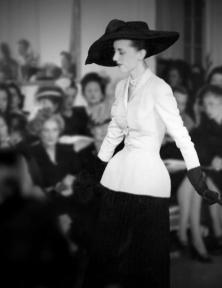 Marie-Thérèse in de beroemde 'Bar Jacket' van Dior, gepresenteerd in de modeshow (12 september 1947) die de naoorlogse mode op zijn kop zou gooien.