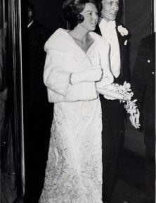 Avondjurk gedragen door prinses Beatrix op 8 maart 1966, twee dagen voor haar huwelijk met Claus von Amsberg. Ze droeg deze jurk tijdens een diner in het Hilton Hotel en op het hofbal op het Paleis op de Dam. | Modemuze, Trudie Rosa de Carvalho