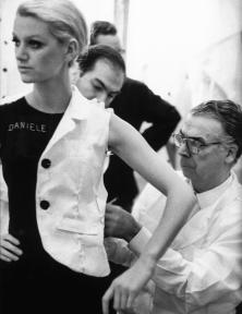 Blog Modemuze Annabel Hoyng - Van der Meijden. Cristóbal Balenciaga aan het werk, 1968, foto door Henri Cartier Bresson
