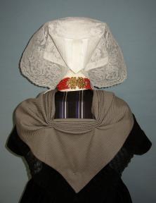 Zuid-Bevelandse protestantse streekdracht, rugaanzicht, zondags, ca. 1910, gestreepte wollen broekedoek met kantstrook op een zijden beuk. Collectie en foto: Jankees Goud.