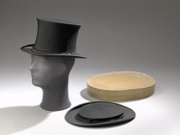Hoedendoos met twee opklapbare hoge hoeden, 1840-1900, vervaardigd door Austen Reed Ltd. (Engeland) en Woodrow (Londen), collectie Amsterdam Museum.