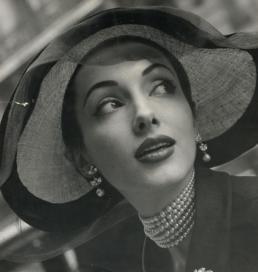 vrouw met hoed van Max Heijmans, 1951