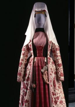 Rode, gebloemde overjapon, rode rok en zwart rijgkorset.