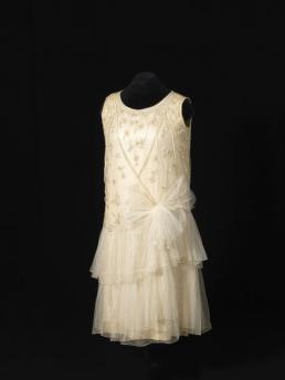 Korte, witte jurk met applicaties.