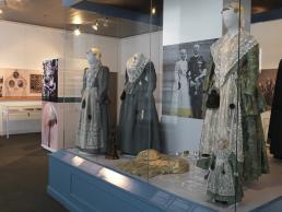 Afb. 1 Opstelling van de Friese Kostuums van koningin Wilhelmina en Juliana op Paleis Het Loo, Apeldoorn. Foto: Tom Haartsen.