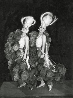 Agenda Modemuze TextielMuseum tentoonstelling Roaring 20s. Dolly Sisters met hoofdtooien, 1923. foto James Abbe. Met dank aan privé collectie © James Abbe Archive