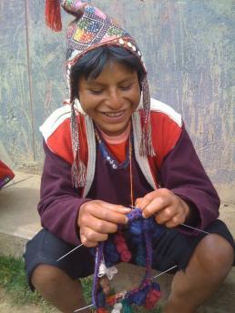 Jongens leren chullo's op een jonge leeftijd te breien. Bron: Clothroads.com.