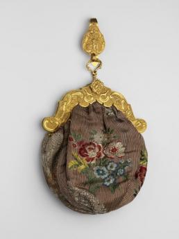 Tasje met geborduurde bloemen en gouden beugen en haak.