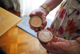 Foto 2: Ludewey met een papieren poederdoosje daarin zit een handgemaakte poederspons. Foto: Debbie van der Wouw.