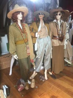 Mannequins met hoeden tijdens het aankleden. Foto: Yoma Scherz.