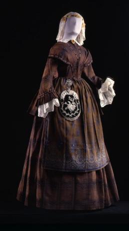 Bruinkleurig kostuum met tas.