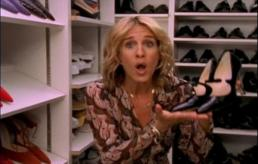 Sarah Jessica Parker als Carrie Bradshaw in 'Sex and the City'. In deze iconische scène vindt zij Mary Janes (ofwel: bandschoenen) van Manolo Blahnik in het Vogue-archief.
