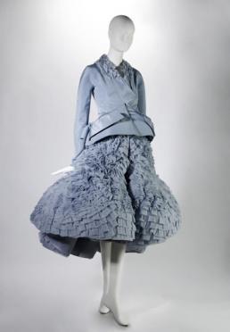 Lichtblauwe zijden jasje en rok.