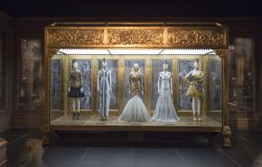 Kabinet met stukken uit  de laatste, niet voltooide collectie van Alexander McQueen (AW2010), foto: © Victoria and Albert Museum, London