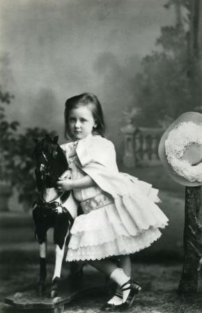 Afb. 3 Wilhelmina, 1885. Fotograaf: C. Pietzner, Paleis Het Loo, Apeldoorn.