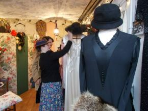 Blog Modemuze door Birthe Weijkamp. Vintage Hoe herken je kleren uit de jaren 20-60. Afb1. Winkelen bij het kraampje van Maaike op het Waterlooplein, dat nu helaas gesloten is