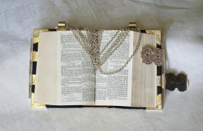Kerkbijbel met zilveren beslag en draagketting, 1969, particuliere collectie.