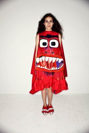 Rode jurk met twee ogen en open mond