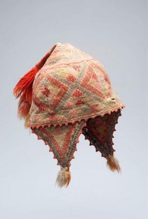 Afb. 1. Gebreide wollen muts met oorkleppen, onderdeel van een Indiaans mannenkostuum (tm-2564-3f), voor 1957, collectie Stichting Nationaal Museum van Wereldculturen.