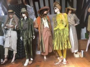 Foto 1. Aangeklede mannequins op de filmzolder van het Amsterdam Museum.