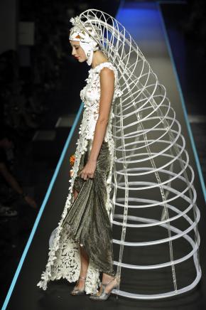 Jean Paul Gaultier, Fall 2008 Couture, look 53. (Bron: Vogue.com.)