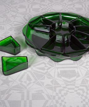 persglasservies K.P.C. de Bazel 1920, glasfabriek Leerdam - collectie Glasmuseum Leerdam. damast: Chris Lebeau 'Stervariaties' (nr. 203) 1932, E.J.F. Van Dissel & Zn - collectie TextielMuseum, foto: Josefina Eikenaar.